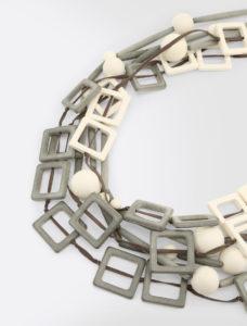 Moschettoni di metallo ne completano la chiusura. Le collane lunghe hanno  una grande versatilità e possono essere utilizzate anche a doppio giro. f4b60e42e0e